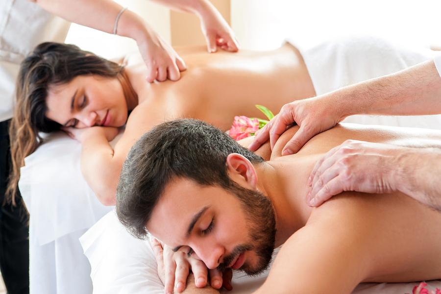 Couple-Having-Relaxing-Body- ROMANTICKÁ MASÁŽ PRE DVOJICE