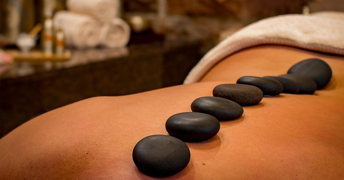 6 benefitov masáže horúcimi lávovými kameňmi
