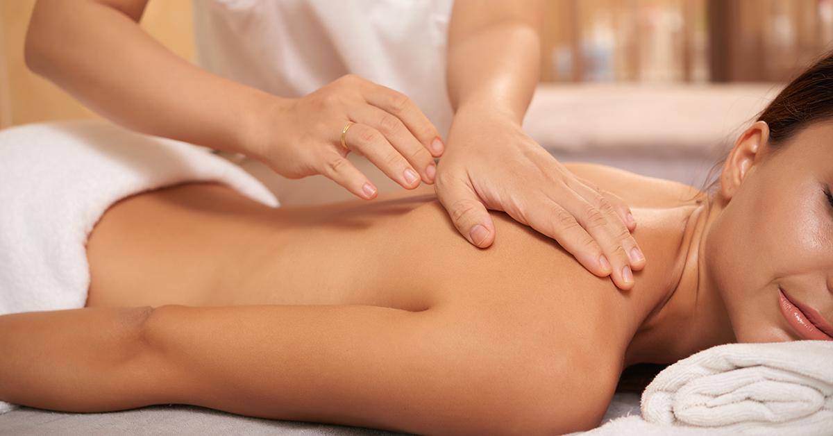 mlada zena na masazi chrbta a ramien