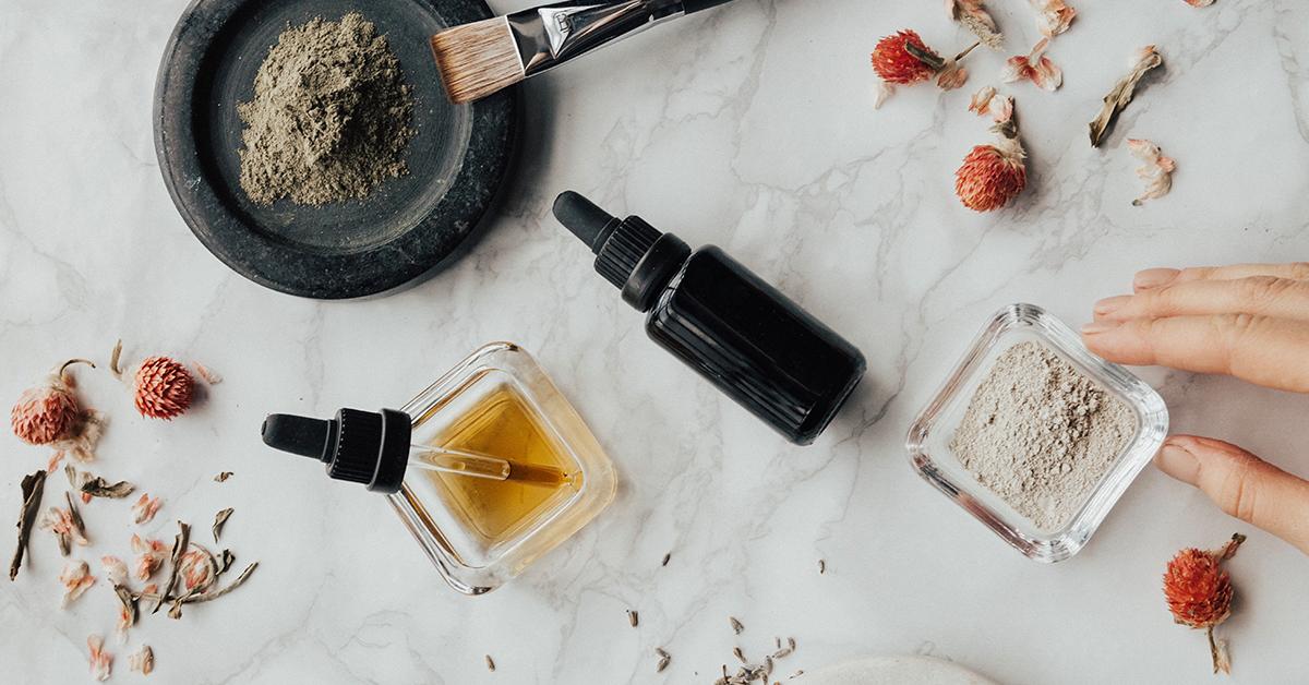 esencialne oleje na stole vo flastickach s pipetami